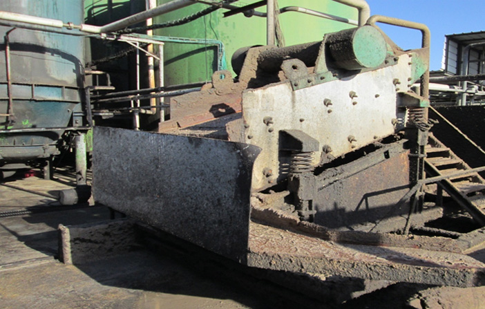 Vibrating screen– Separate the coarse solids